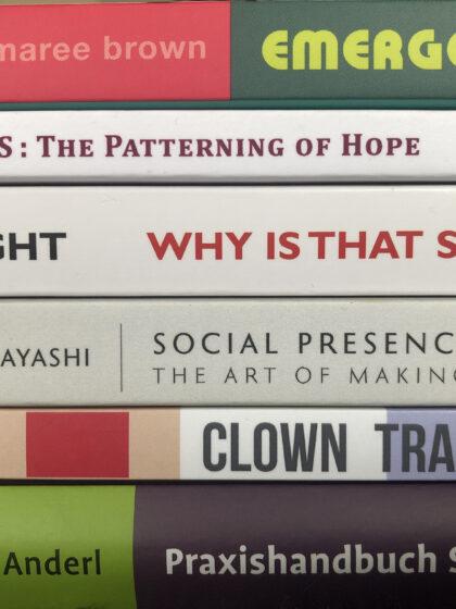 High Five #18: Von clownesk-tanzenden Horizonten und meditativ-emergenten Lachstrategien